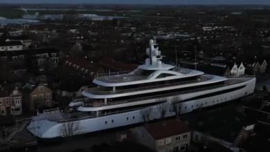 Photo of Olanda, uno yacht di 94 metri attraversa i canali strettissimi delle città
